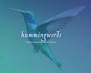 """Ein Kolibri mit ausgebreiteten Flügeln und der Schriftzug """"hummingwords - Bewerbungsoptimierung und Lektorat"""""""