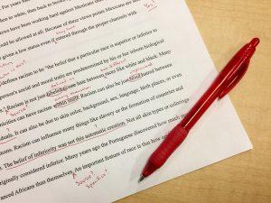 Rotstift auf einem Blatt mit Text