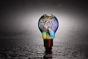 Eine Glühbirne voller Regenbogenfarben