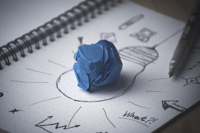 Zerknülltes Papier auf einer gezeichneten Glühbirne