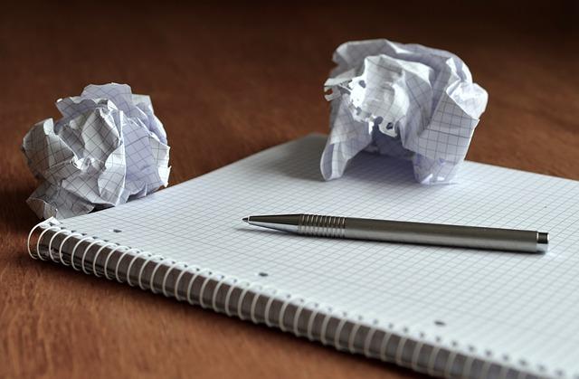 Zerknülltes Papier auf einem leeren Block