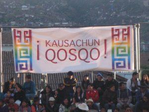 Ein Transparent mit der Aufschrift »Kuasachun Qosqo« – Quechua für »Es lebe Cusco«